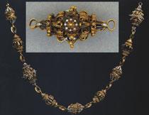 Fot. 7. Łańcuch z grobu królowej Konstancji (fragment I),  Zamek Królewski na Wawelu oraz pojedyncze ogniwo łańcucha (fragment II), Muzeum Uniwersytetu Jagiellońskiego, opracowano na podstawie fot. S. Michty.